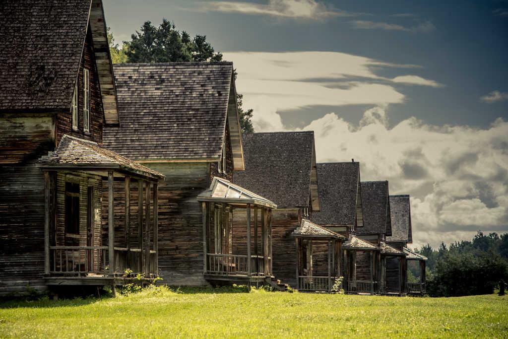 Maisons en rangees non rénovées du village historique de Val Jalbert