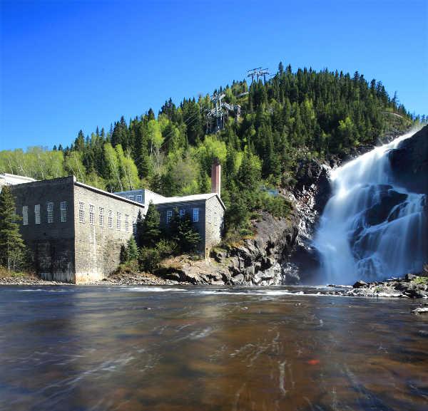 Moulin du village historisque de Val Jalbert lavec chute